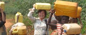 Llevando agua en bidones